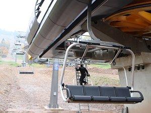 SkiResort Černá hora - Pec postavil v lyžařském areálu v Černém Dole novou lanovku. V minulých dnech na ní instaloval sedačky, teď projde zátěžovými zkouškami.