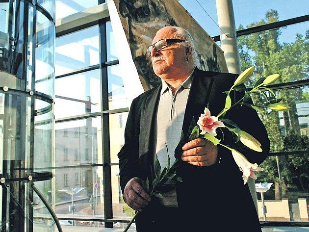 VÝTVARNÍK, HUDEBNÍK I PERFORMER Milan Knížák trutnovskou výstavu prací svých studentů v Galerii Uffo osobně zahájil.