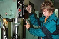 PRAKTICKÁ PŘÍPRAVA. V hodinách praxe studenti využívají nejen dílny, ale dokonce také školní skútr.