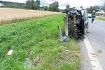 Kolize se stala v pondělí krátce po poledni na silnici I/34 u Květné. Řidič pravděpodobně s autem dostal smyk a skončil mimo vozovku. Lehce zraněného řidiče odvezla záchranná služba do nemocnice.