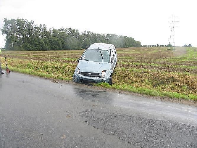 Mimo komunikaci havarovala řidička se svým fordem nedaleko Starého Města. Žena zřejmě dostala s autem na mokré vozovce smyk a skončila mimo silnici. Výsledek dechové zkoušky byl negativní. Zraněnou ženu převezli lékaři do nemocnice.