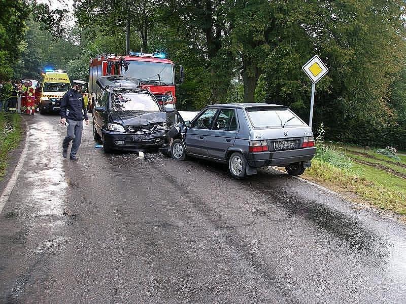 U Rychnova došlo k dopravní nehodě, při které se čelně srazily dva automobily. Na místě lékaři ošetřili šest zraněných osob. Nehoda je v šetření Policie České republiky.