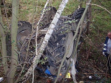 Místo nedaleko Perálce se stalo ve středu svědkem tragédie. Traktorista se i se svým traktorem zřítil z patnáctimetrové výšky do lomu, který se nachází v těsné blízkosti pole. Došlo k nejhoršímu, strmý pád nepřežil.