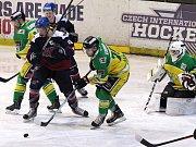 Pět gólů nastříleli druholigoví hokejisté Nymburka (v tmavém ) do sítě Dvora Králové.