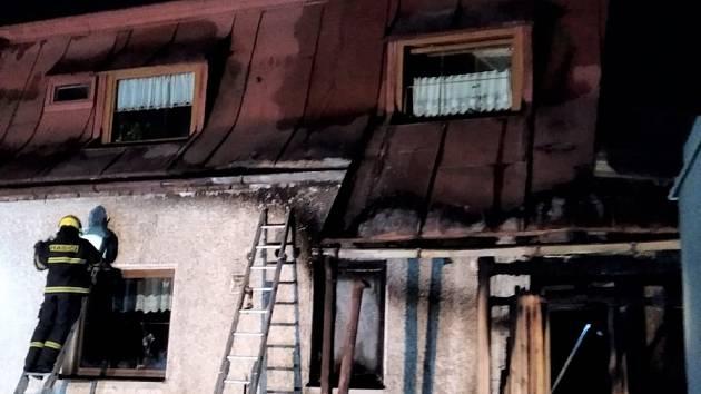 U baráku v noci chytla veranda, škoda je 150 000 korun.