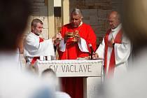 Svatý Václav už dohlíží na město z obou stran