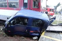 Páteční nehoda vlaku s automobilem v Mladých Bukách