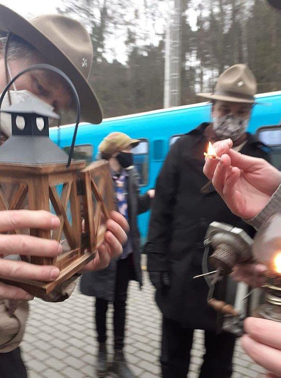 Skauti ze střediska Zvičina Dvůr Králové převzali betlémské světlo na vlakovém nádraží ve Dvoře Králové od skautů z Hradce Králové.