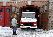 Předání zásahového auta dobrovolným hasičům z Vítězné - auto zajíždí do garáže ve Vítězné