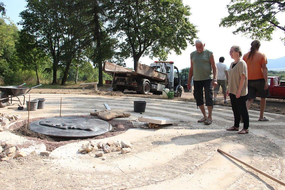 Na Růžovém paloučku dokončují 12metrový labyrint, který odkazuje na odchod Jana Amose Komenského.