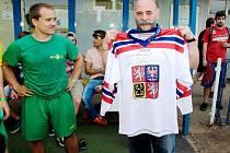 Hráči vydražený dres s číslem 39 věnovali prezidentovi HC Rodos Vasilu Teodoridisovi.