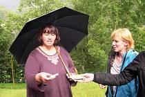 Kolíček s číslem 9 vytáhla z osudí od zástupců Nadace Partnerství pro lípu v Horním Maršově Hana Kulichová z ekologického střediska Sever.