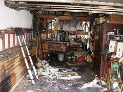 Od zářivky vzplála garáž, kterou uhasili až přivolaní hasiči