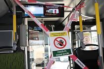 V autobusech MHD v Trutnově platí přísná bezpečnostní opatření.