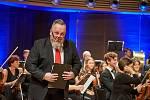 Ředitel trutnovského Uffa Libor Kasík, který je absolventem Pražské konzervatoře oboru zpěv, při koncertu Trutnovské filharmonie Trutnov sobě.