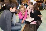 Žáci pátých a šestých tříd základní školy náměstí Míru ve Vrchlabí absolvují nový konstruktivistický princip vzdělávání při hodinách matematiky a češtiny.