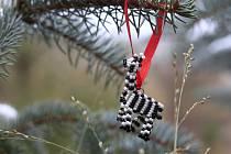KORÁLKOVÉ VÝTVORY. Součástí první dodávky jsou například i hvězdy, stromečky či zvířátka z korálků, které se skvěle hodí k ozdobení vánočního stromečku.