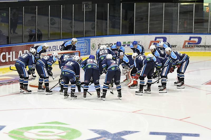 Dvě stovky vrchlabských příznivců využily možnosti přijít se podívat na první přípravný zápas svého mužstva.