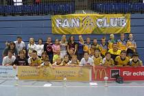 FLORBALOVÁ VÝPRAVA z Lomnice nad Popelkou si z letošního turnaje v německém Ilsenburgu přivezla kompletní sbírku nablýskaných pohárů za umístění na medailových pozicích!