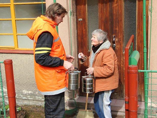 PLNÝ RENDLÍK ZA PRÁZDNÝ. Stanislav David vozí obědy po Batňovicích, kde seniorům poskytuje službu obec.