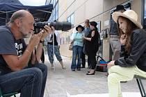 KAŽDÝ, kdo se zastavil v sobotu u Uffa, mohl obdivovat tvorbu členů Klubu podkrkonošských výtvarníků. Například fotograf Ctibor Košťál pořizoval snímky pózujících zájemců v kloboucích či různých čepicích.