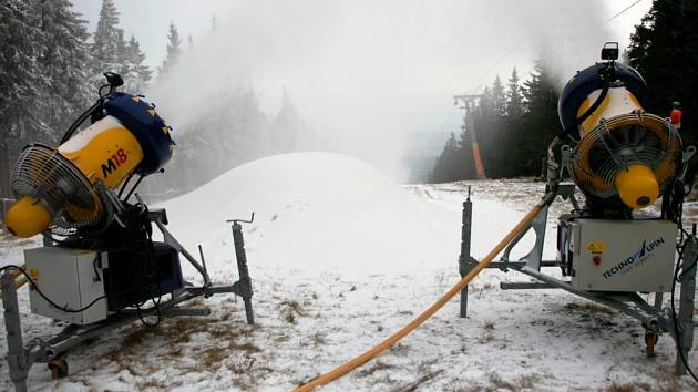 Na Černé hoře sněhová děla zasněžují sjezdovku Anděl