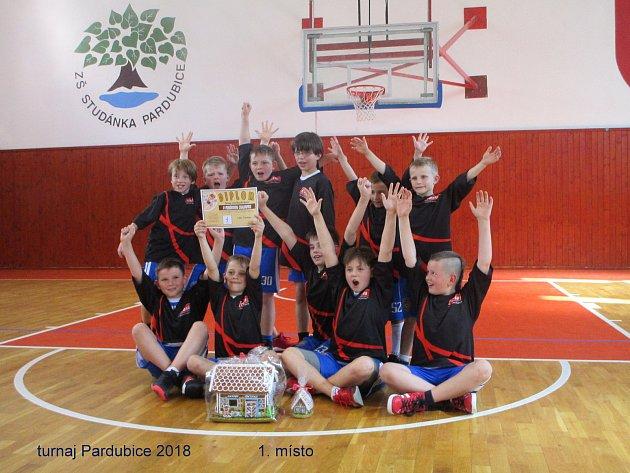 NETRADIČNÍ TROFEJ si zPardubic přivezli desetiletí chlapci BK Loko Trutnov. Perníkovou chaloupku. František Sýkora (vpravo) pak vBrandýse přidal pohár pro člena All Stars turnaje.