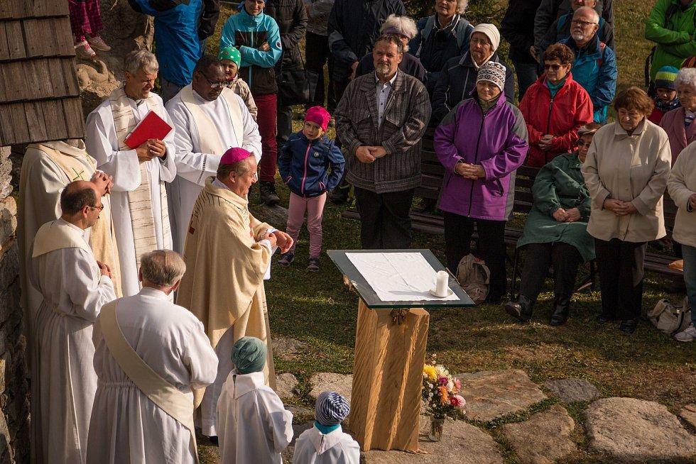 U kapličky v horách velebili Františka Z Assisi
