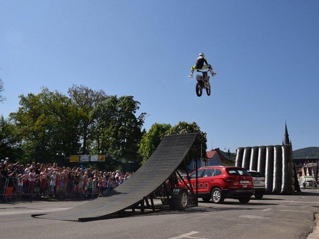 Motorkářské požehnání a FMX show - skoky přes náměstí ve Vrchlabí.