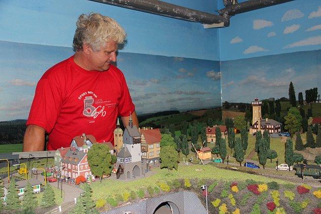 MĚSTO VE SKLEPĚ. Bohuslav Král z Havlovic si doma už dvacet let tvoří modelovou železnici.
