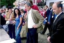 VINOBRANÍ NA KUKSU má již svoji tradici a věrné návštěvníky. Každý rok je osobně přivítá a akcí provede i Stanislav Rudolfský (uprostřed).