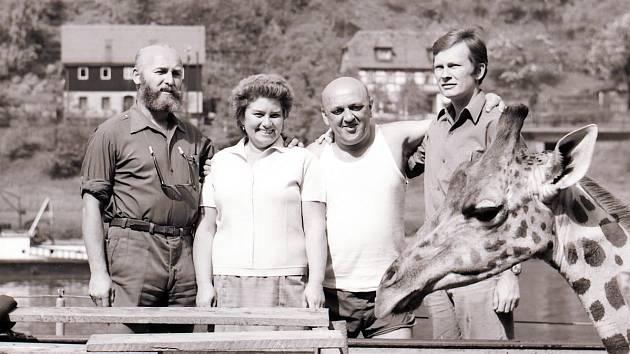 Zakladatel dvorské zoologické zahrady Josef Vágner (zcela  vlevo).