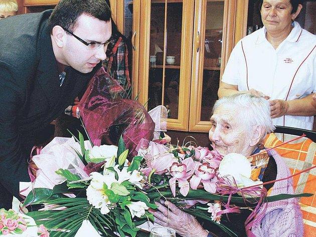 DORT A KVĚTINY. Jubilantce blahopřáli obyvatelé i zaměstnanci Domova pro seniory v Pilníkově. Gratulace zahájil ředitel Vít Petira.