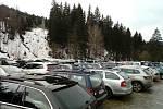 Centrální parkoviště Hromovka se rychle zaplnilo.