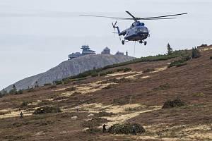 Vrtulník transportoval 15. září 2021 z okolí Studniční hory v Krkonoších vyřezanou kleč. Správa Krkonošského národního parku (KRNAP) kácením kleče uvolňuje ve vytipovaných místech hor prostor ohroženým rostlinným druhům, které rozrůstání klečí omezuje.