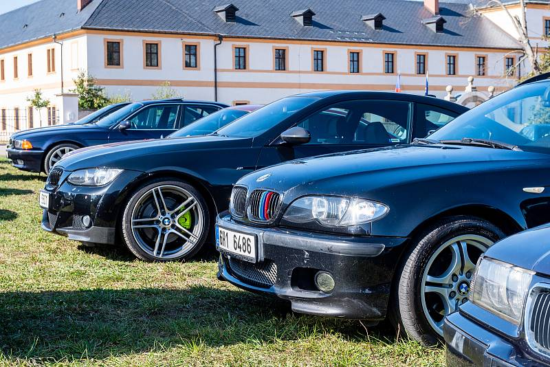 Setkání vozů BMW v areálu hospitálu Kuks.