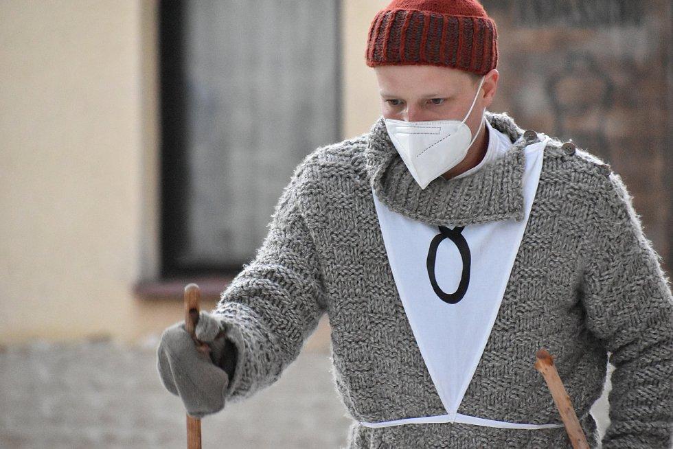 Herec Kryštof Hádek při natáčení filmu Poslední závod, který vypráví příběh lyžařů Hanče, Vrbaty a Ratha, na náměstí v Hostinném v neděli 28. února.