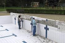 TRADIČNÍ PRACÍ před zahájením sezóny  je dolepování odmrzlých obkladaček a nejinak tomu bylo i v areálu trutnovského koupaliště.
