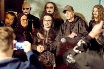 """TVORBA Petra Vašíčka zaujala i členy světoznámé britské kapely Cradle of Filth, kde na bicí hraje Martin """"Marthus"""" Škaroupka. A právě on neodolal a jeden obraz zakoupil."""