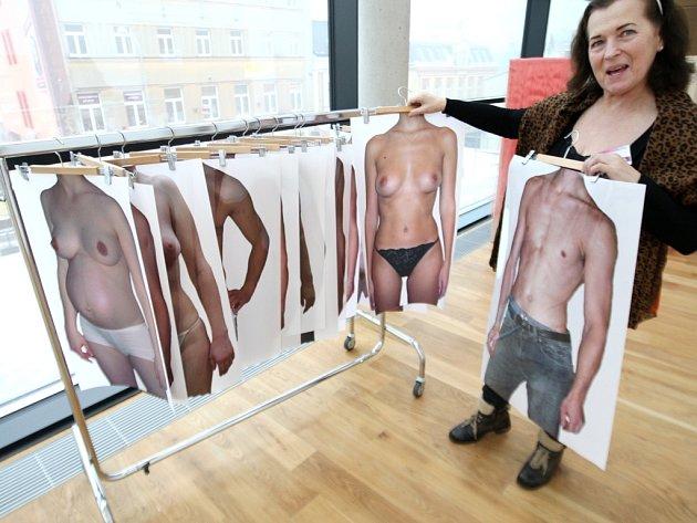 SOUČÁSTÍ VÝSTAVY v trutnovské Galerii Uffo je také Bodyshop. Stačí si vybrat tělo, ženské či mužské, nahé či oblečené a před zrcadlem ho vyzkoušet. První letošní expozice je návštěvníkům otevřena do 5. března.