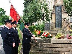 PIETNÍ AKT. Účastníci sobotního sjezdu rodáků mino jiné také uctili památku padlých z obou světových válek.