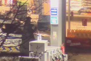 Řádění nepříčetného útočníka na trutnovské benzince