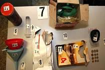 Zabavená varna a chemikálie potřebné k výrobě metamfetaminu