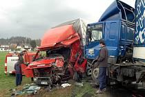Dva kamiony zůstaly po nárazu zcela zdemolovány.