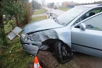 Nepozorný řidič narazil do sloupu