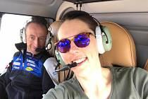 Petra Vlhová během letu vrtulníkem.
