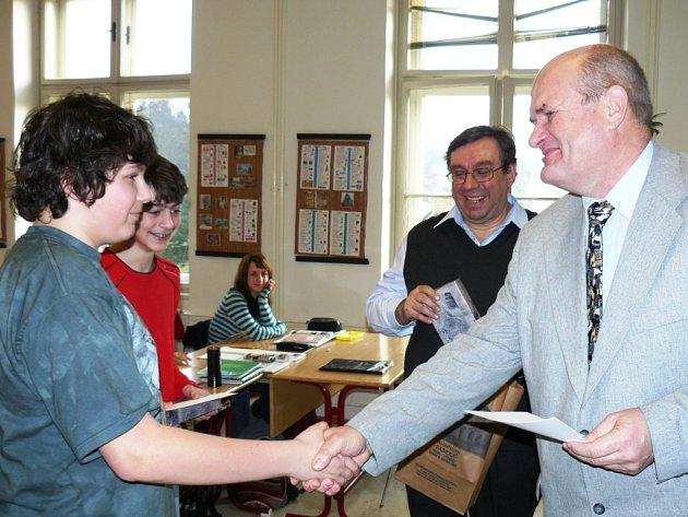 Hostinné - Šestice místních žáků byla odměněna za příkladné jednání nejnovějším dílem Harryho Pottera.