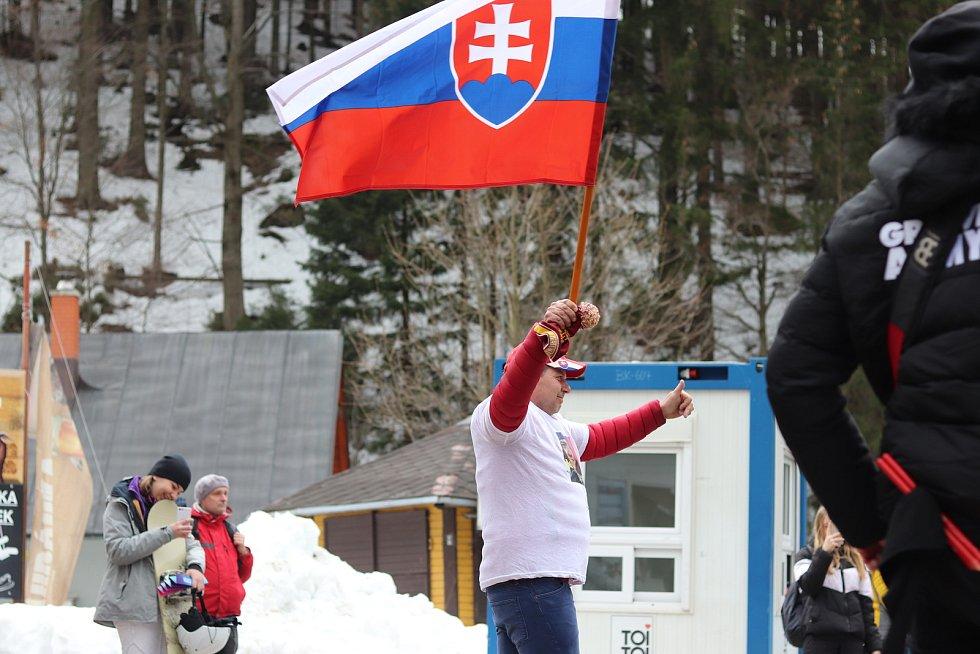 Pátečnímu startu Světového poháru předcházel průvod bubeníků a fanoušků, kteří pohromadě prošli centrem Špindlerova Mlýna do závodní arény ve Svatém Petru.