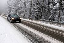 Automobil na zasněžené silnici. Ilustrační fotografie.