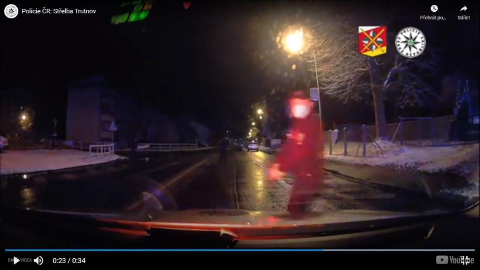 Zadržení pachatele po střelbě na benzince v Trutnově.